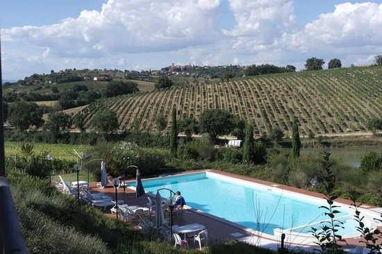 Agriturismo Casa di Bacco: Pool area behind farmhouse with beautiful view