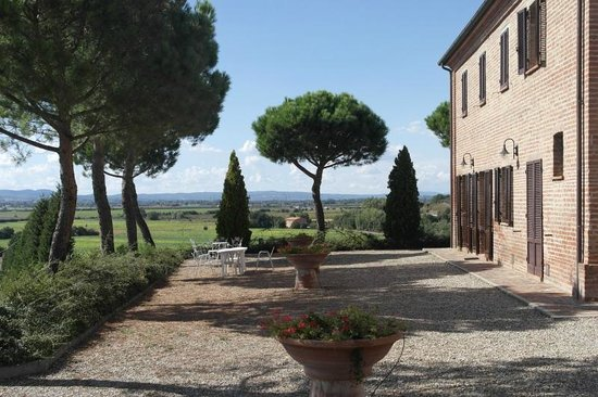 Agriturismo Casa di Bacco: Front of farmhouse with sitting area and beautiful view