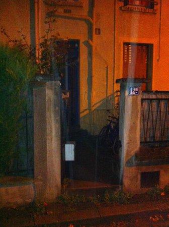 Hotel Studios Phenicio : Entrée du bâtiment où se trouve le studio