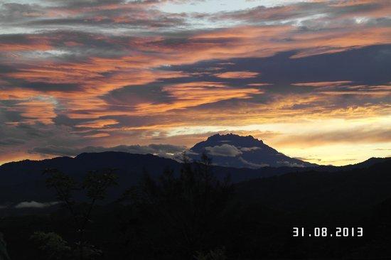 Sinurambi Bed and Breakfast: sunrise view mount kinabalu