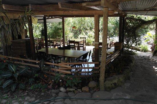 La Casa de Cecilia : The open air breakfast area by the river