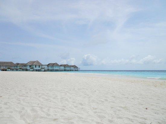 Centara Grand Island Resort & Spa Maldives : Plage vue depuis la Beach Suite 102