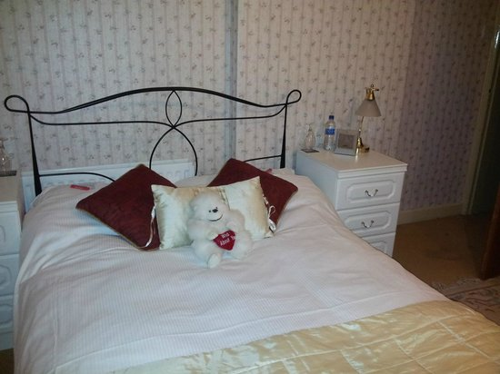 The Old School Bed and Breakfast and Betty's Cottage: Pretty bedroom with choccys and bottles of water
