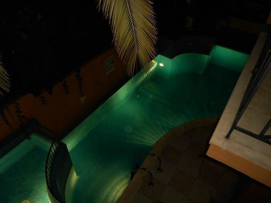 Brascos Hotel: Our balcony view of the pool at night.
