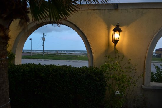 Mario's Seawall Italian Restaurant : View of the ocean from the patio