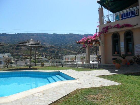 Aquarius Apartments: Pool leading to the veranda where breakfast is served