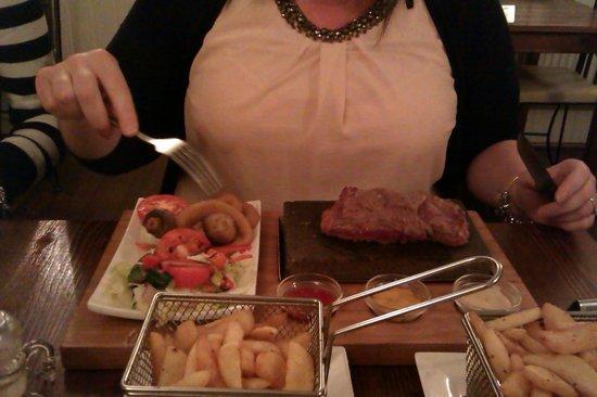 Cattlemans Steakhouse: Rump steak on a rock