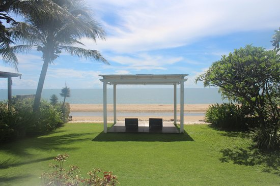 Aleenta Hua Hin Resort & Spa: Chaba Villa lawn.