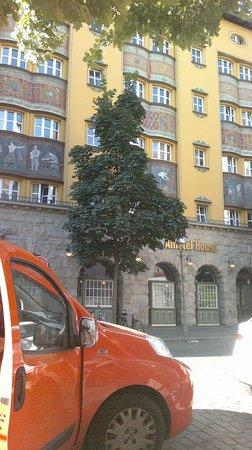 Amstel House Hostel: Facciata Ostello Amstel con la nostra macchina Qubo arancione (il carotone)