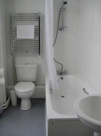 Yelf's Hotel: Clean bathroom
