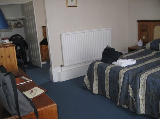 Yelf's Hotel: Triple room has a divider for extra bed in a cosy corner!
