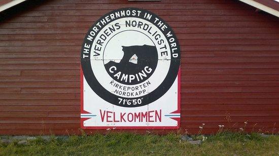 Kirkeporten Camping: L'insegna del camping, bellissima e chiara