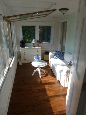 Bed and Breakfast Onanda by the Lake: Our sunny sitting room overlooking the lake.