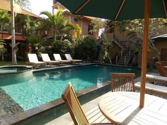 Wenara Bali Bungalow: piscina