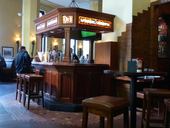 Elephant & Castle Pub & Restaurant: Pub Interior