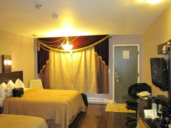 Quality Hotel Fallsview Cascade: Chambre agréable avec parquet au sol