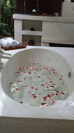 The Bli Bli Villas & Spa: Vasca con petali all'arrivo