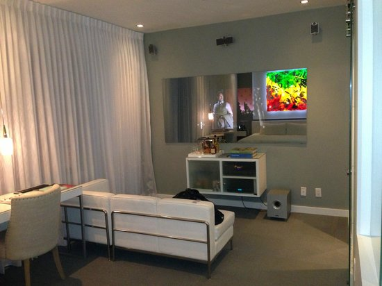 The Marlin Hotel: lounge area with tv behind mirror
