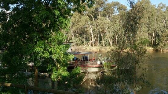 Moama Riverside Holiday & Tourist Park: Houseboat in the shadows