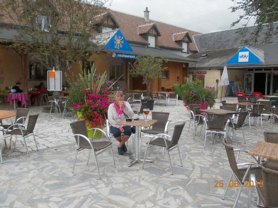 Siblu Villages - Domaine de Dugny: Chris having a drink in Courtyard in Dungy