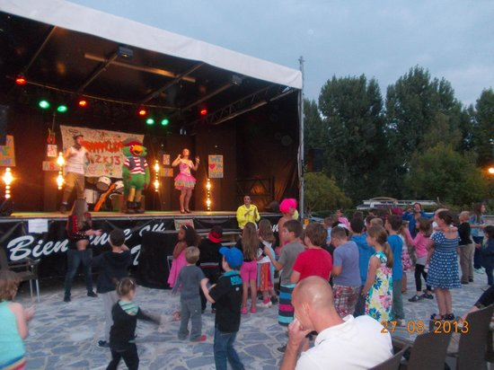 Siblu Villages - Domaine de Dugny: One of the shows at Dungy