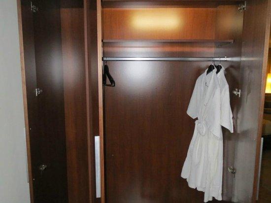 Aryaduta Medan: Wardrobe
