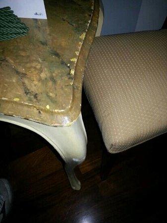 Byron Hotel: Tavolino scrostato in camera