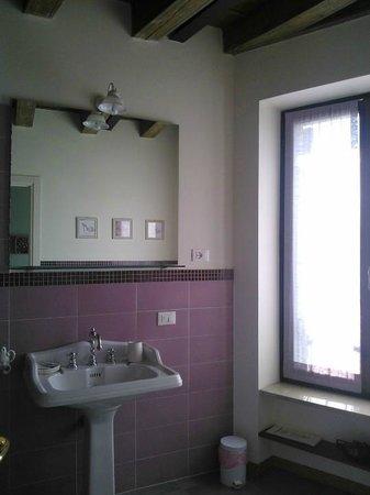 Residenza Cuor di Verona: Il bagno molto spazioso (stanza viola)