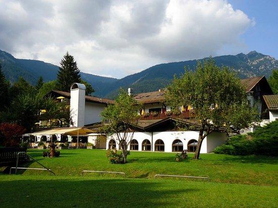 Alpenhof Grainau: Hotel from gardens