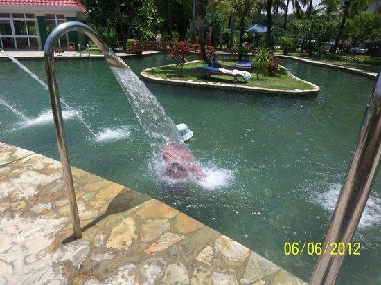 South China Hotel: В бассейне.