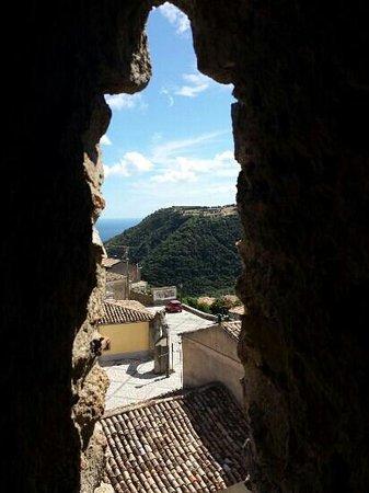 Una delle finestre con vista del castello foto di - Rivestire i davanzali delle finestre ...
