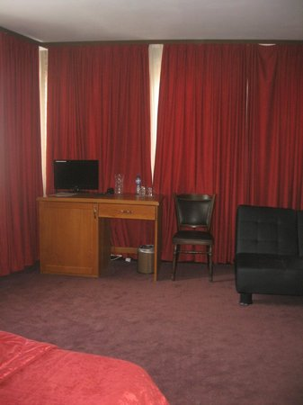 Real Hotel: TV and Desk