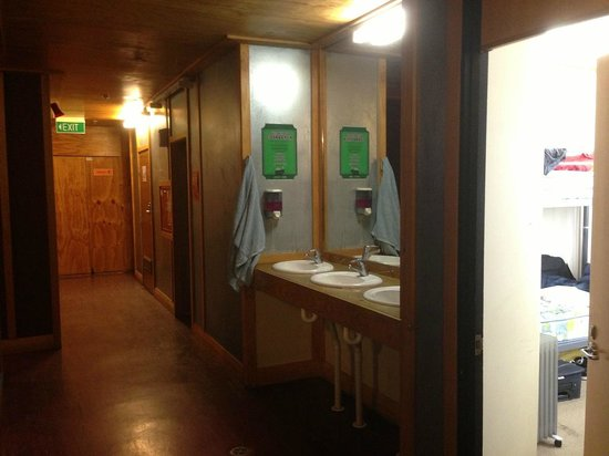 Wild Zebra Backpackers: Lavatories are situated in the middle of the corridor no doors and no privacy
