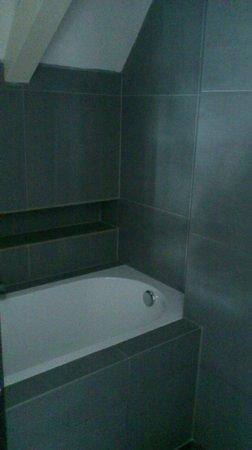 La Remise: Bathroom detail