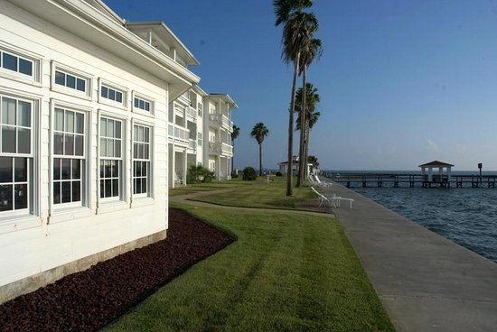 Lighthouse Inn at Aransas Bay: Bay side by dining room