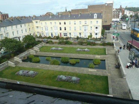 Victoria Hotel: gardens next to the hotel,fountain runs al lnight