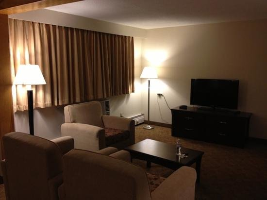 Quality Inn Quesnel: well-arranged furnitures and nice TV in our room.