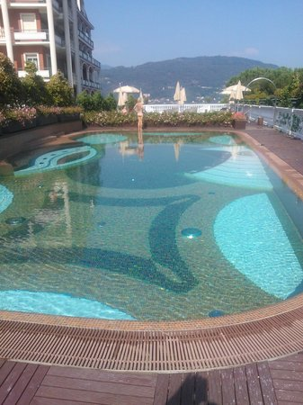 Hotel Splendid: The outdoor pool with a view of the distant mountains