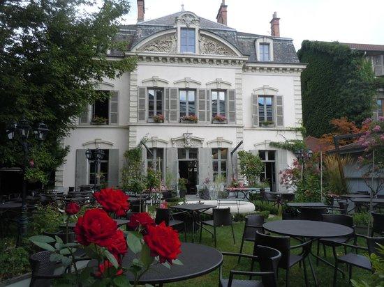 Jardin terrasse kuva brasserie le 18 36 grenoble for Brasserie le jardin