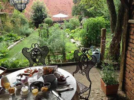 La Poule Bleue: breakfast in the garden