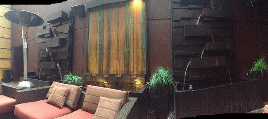 Marina del Rey Marriott: Glow fountain -patio