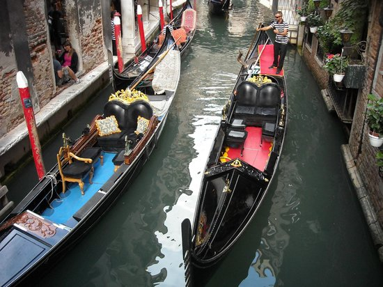 Gran Canal: The narrow miss