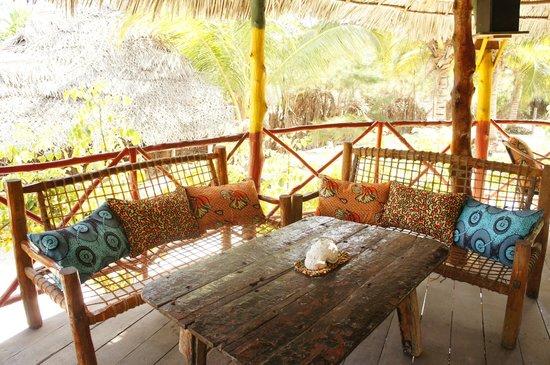 Kitale Beach Bungalows: Lounge area.