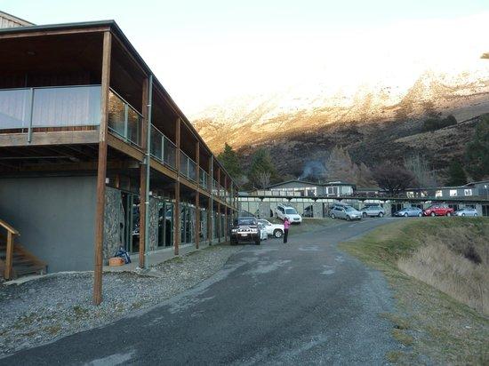 Lake Ohau Lodge: The Lodge andbackdrop after fresh snow up the mountain