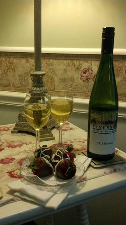 Martha's Vineyard Bed & Breakfast: Wine and strawberries