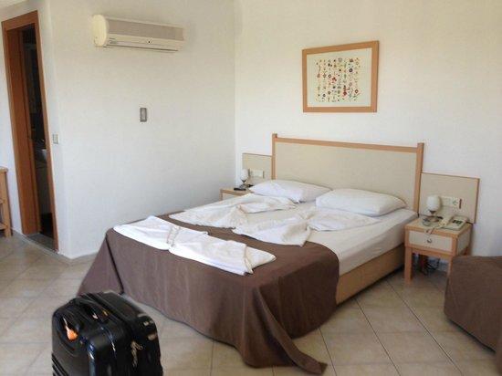 Rebin Beach Hotel: Bedroom top floor - easily holds 3 beds