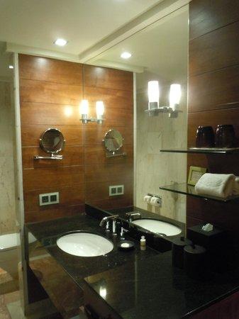 Mandarin Oriental, Singapore: Salle de bain chambre 1010