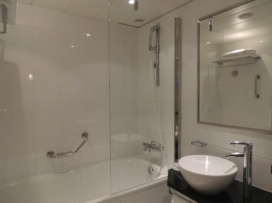 Hilton Prague : Amplo banheiro