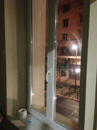 Hotel Restaurant Le Printemps: Vous sortez de la douche et surprise pas de rideaux