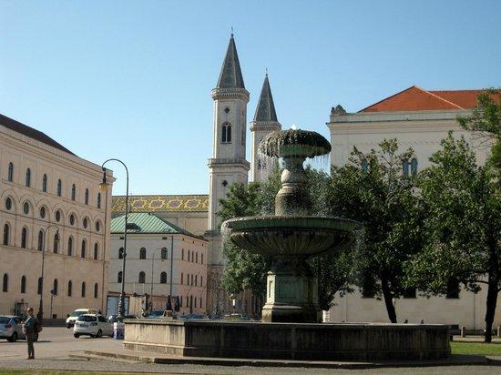 Ludwig Maximilian University: Ludwigstraße mit Ludwigkirche Blick vom  Geschwister-Scholl-Platz